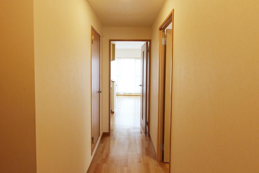 リビングと同じ色合いで統一された落ち着きのある玄関