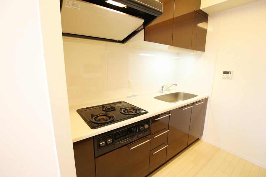 マンスリーマンションとは思えない充実のキッチン。ガスコンロは3口タイプです