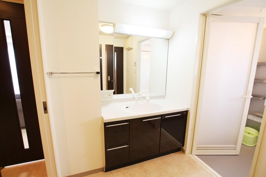 美容院を思わせる大きな鏡が特徴の洗面台
