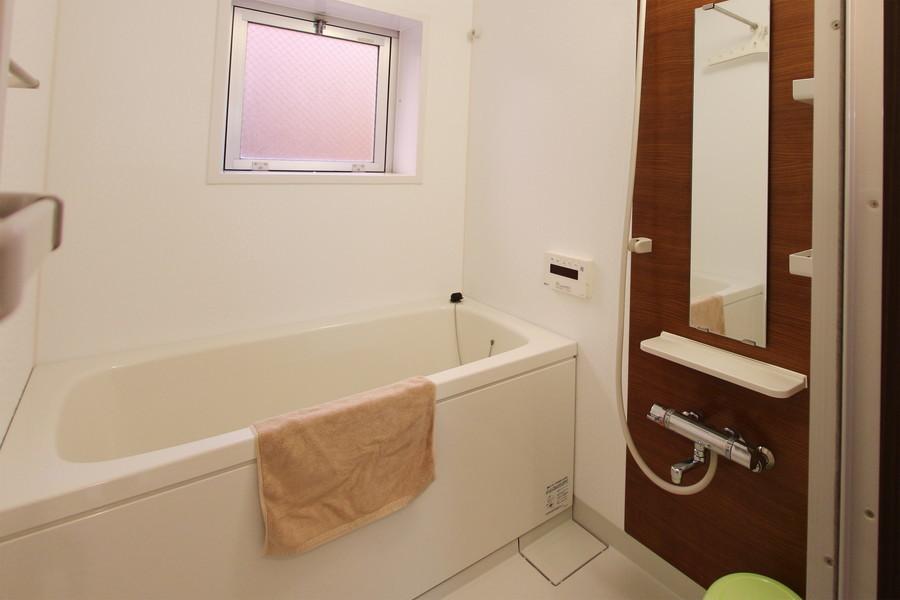 お風呂は換気用の小窓つき。ゆったりくつろげる広さです