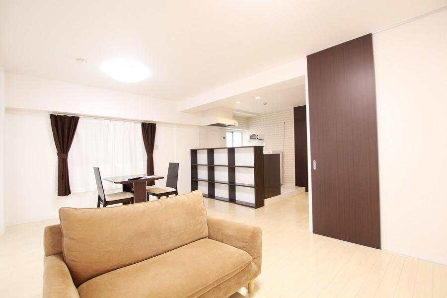 ご自宅のようにくつろいでいただけるリビングルーム。驚きの18畳です