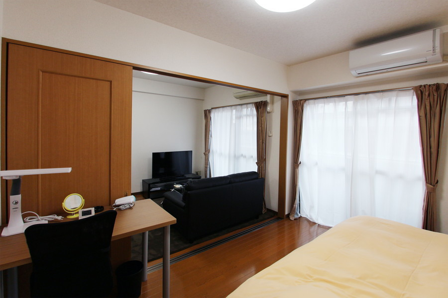 リビングに隣接した寝室にはデスクを配置。大きな窓で採光もばっちり