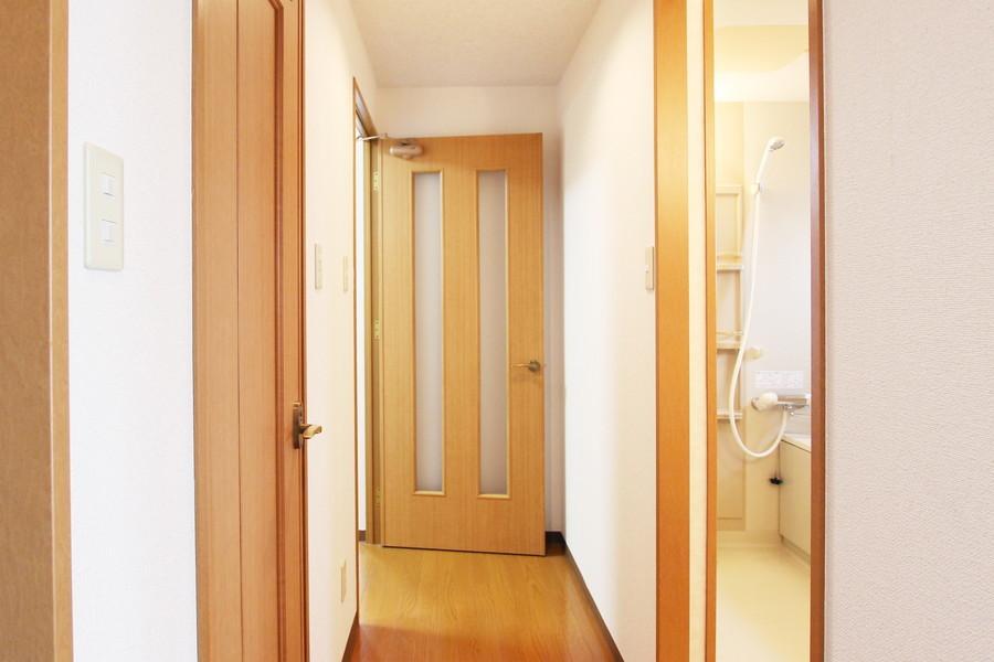 廊下はシンプルながらあたたかみのある雰囲気です。
