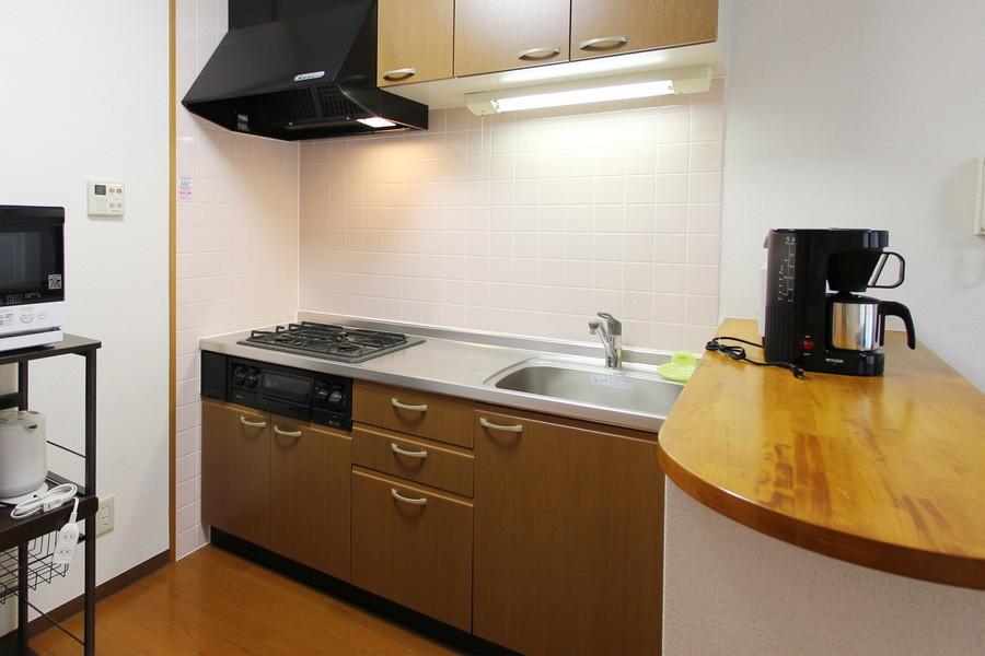 キッチンカウンター付きのおしゃれなシステムキッチン