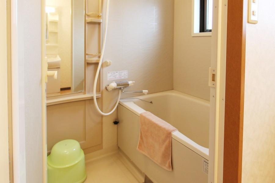 大きな鏡のある広めのバスルーム。ゆったりとリラックスできる空間です。