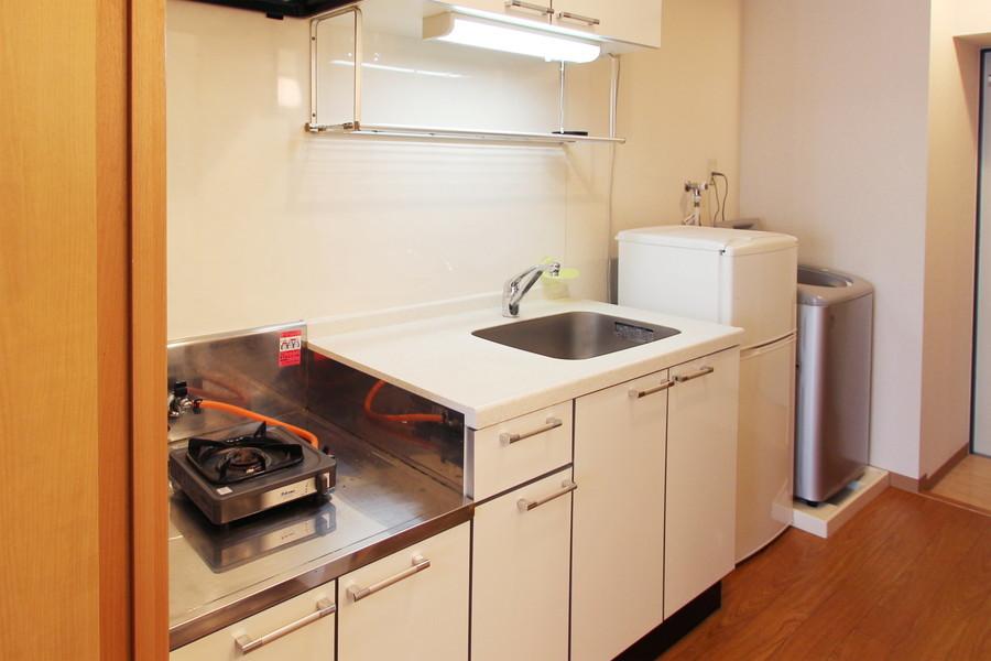 オフホワイトを基調とした、おしゃれで清潔感のあるシステムキッチン。使い勝手の良い1口ガスコンロです。
