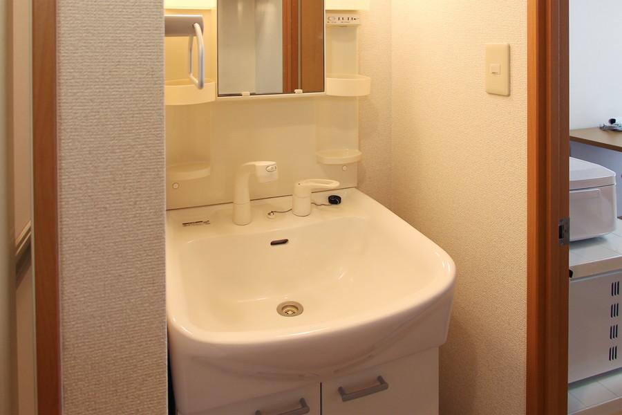 清潔感のあるホワイトの洗面台。シャワー・鏡付きで身だしなみもバッチリ。