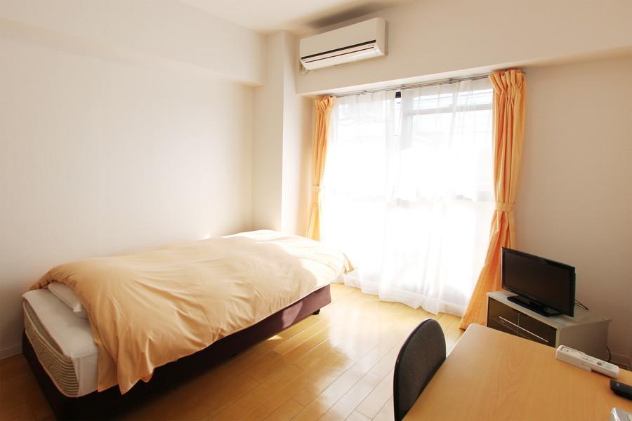 淡めの色合いでまとめられたシンプルなお部屋です