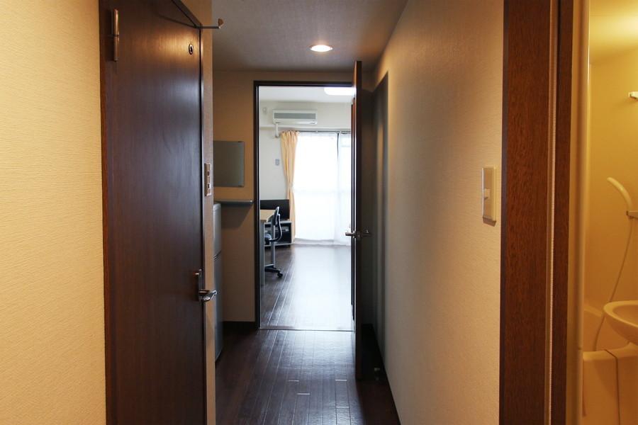 廊下も室内と同じくダークブラウンでシックな印象