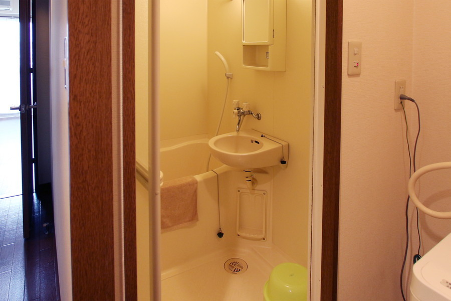 鏡と収納棚が特徴のバスルーム