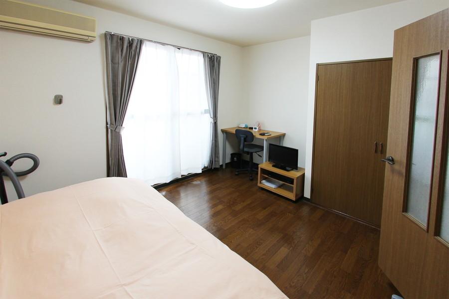 ブラウンの木目がシックな室内。性別年齢問わず過ごしやすいお部屋です