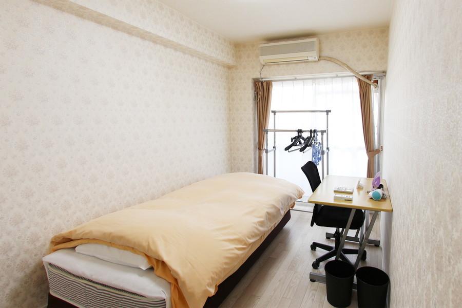 洋室側にはベッドと作業用デスクを配置