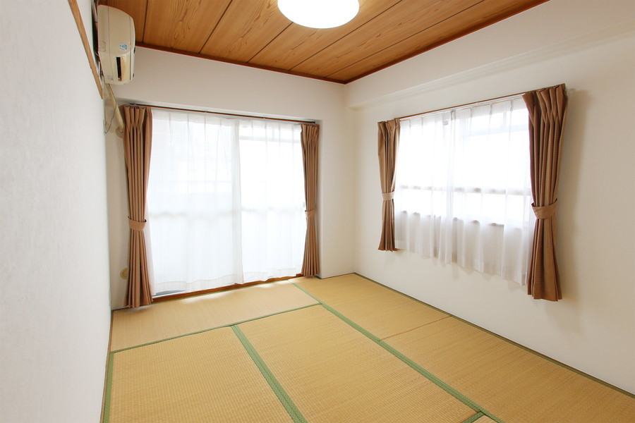 反対のお部屋は和室タイプ。6畳でゆったりお使いいただけます