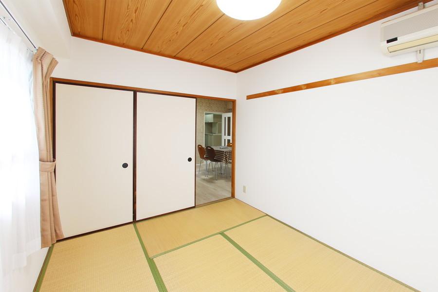 和室側には押し入れが完備。窓も大きく陽の光も取り込めます