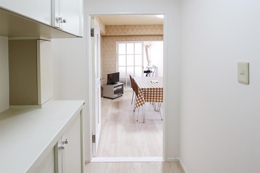 玄関を開けるとダイニングへ直結。玄関収納も充実しています