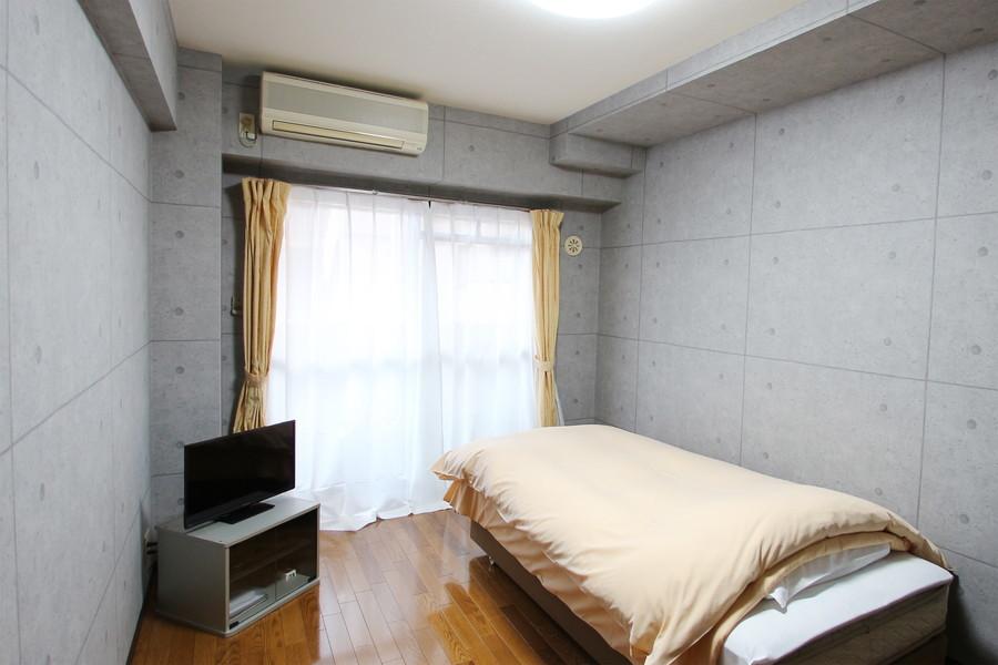コンクリートを打ち付けた壁面がスタイリッシュなお部屋