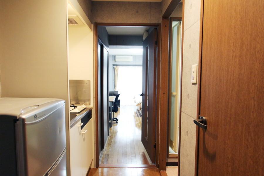 玄関周辺はコンクリートと木製扉が組み合わさり、また違った印象