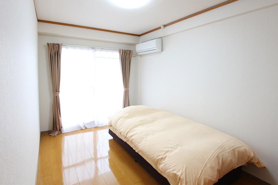 寝室はひろびろ6帖。大きな窓からたっぷりの明かりが取り込めます