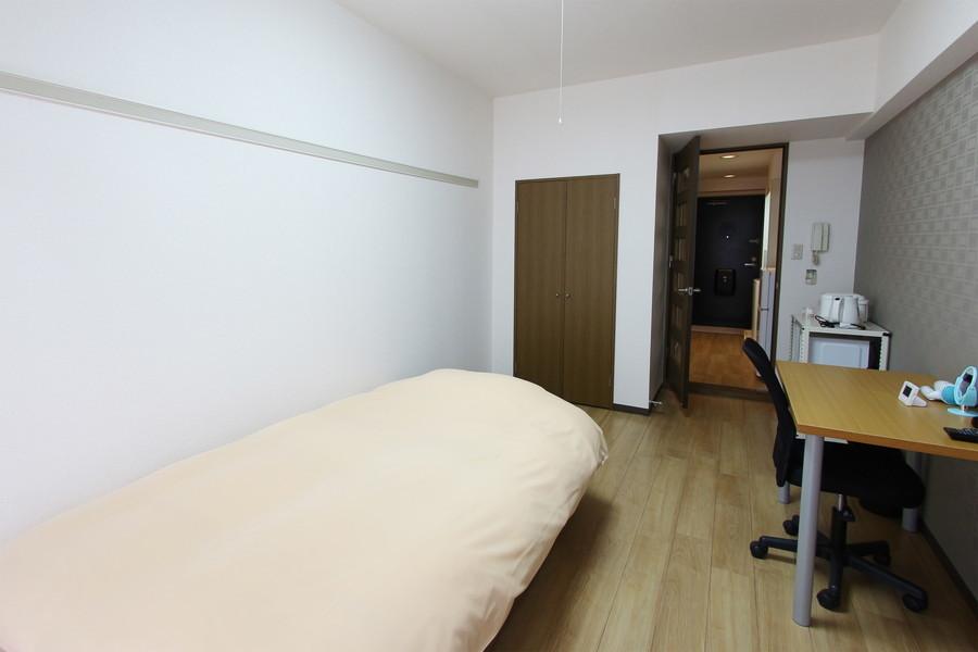 反対側はシンプルな白壁。収納も備わっています