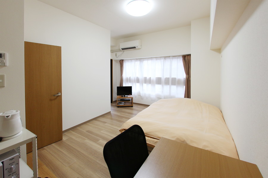 木目のフローリングが落ち着いた雰囲気を演出する、シンプルで清潔感のあるお部屋です。広めのクローゼットで収納もラクラク。