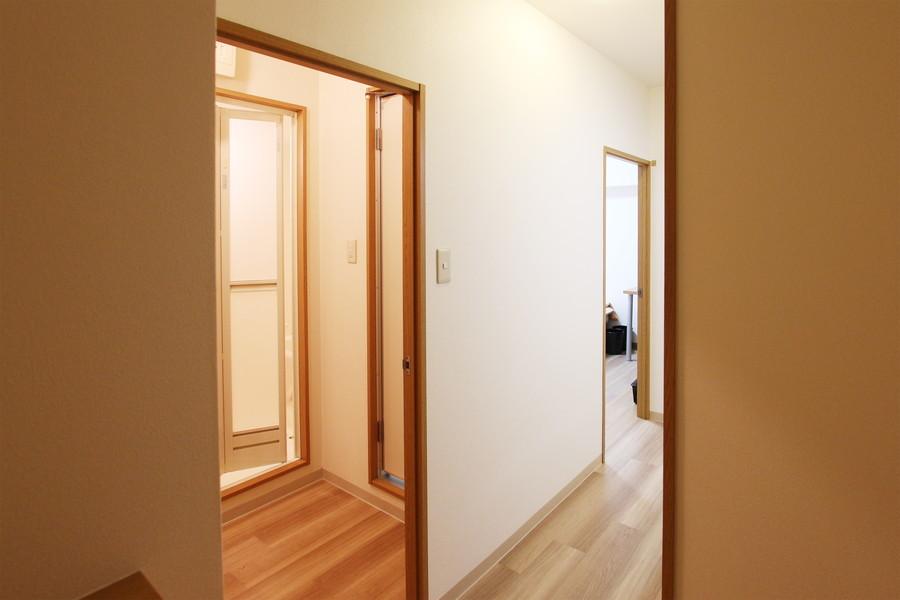 木目のフローリングが落ち着いた雰囲気を演出する、シンプルで清潔感のあるお部屋です。