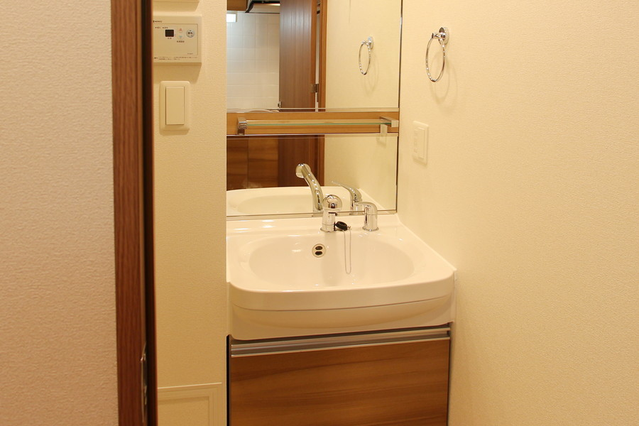鏡が大きな独立洗面台。シャンプドレッサーで身だしなみもバッチリ