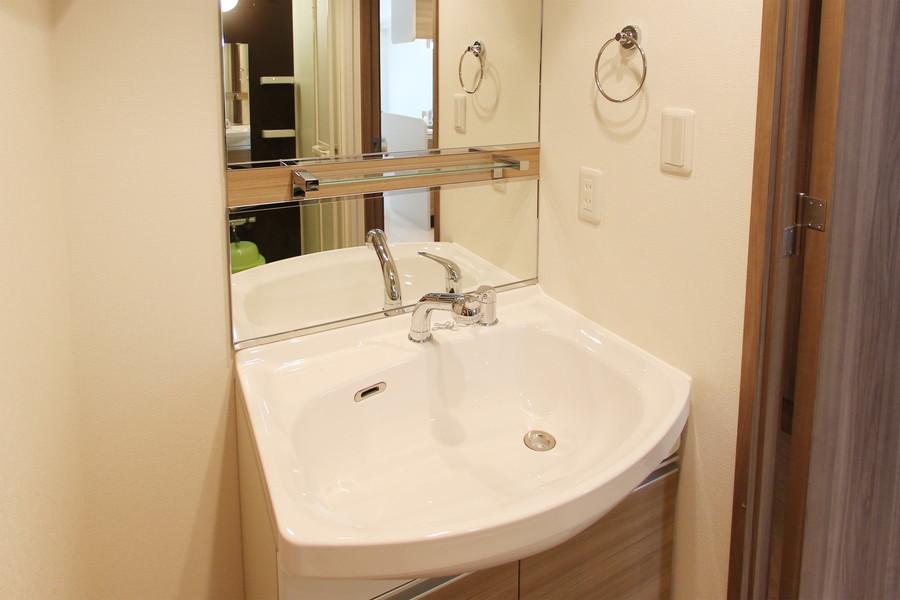 独立洗面台は大きな鏡がポイント。嬉しいシャンプードレッサー付き