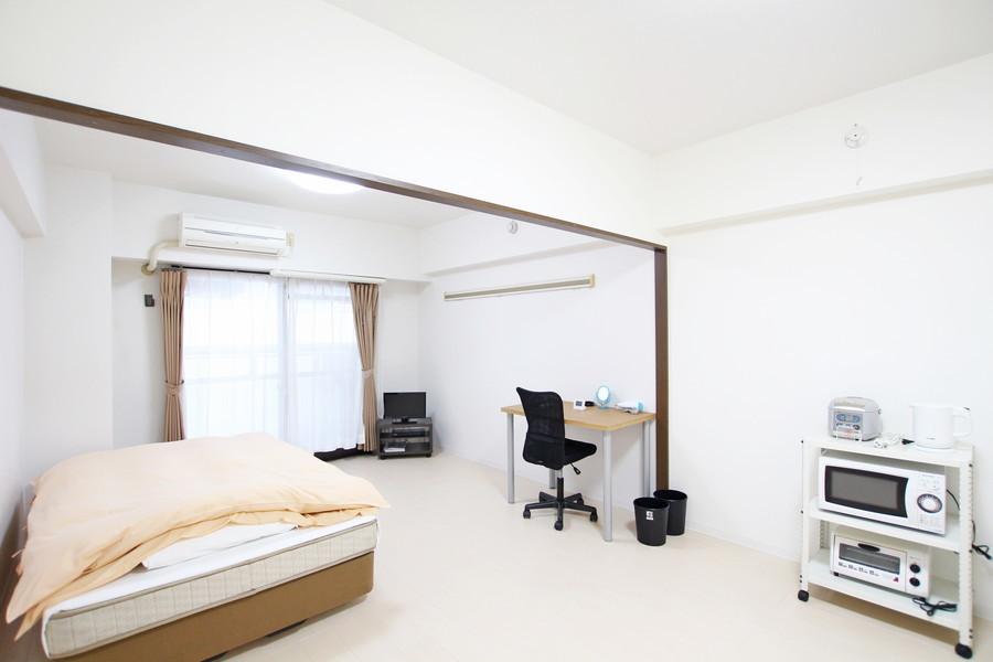 白を基調としたお部屋は13畳!家具を置いてもまだまだ余裕の広さです