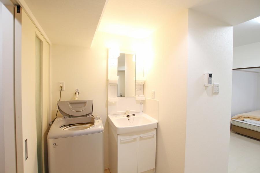 洗面台は大きめの鏡が特徴。毎日の身だしなみチェックにお役立てください