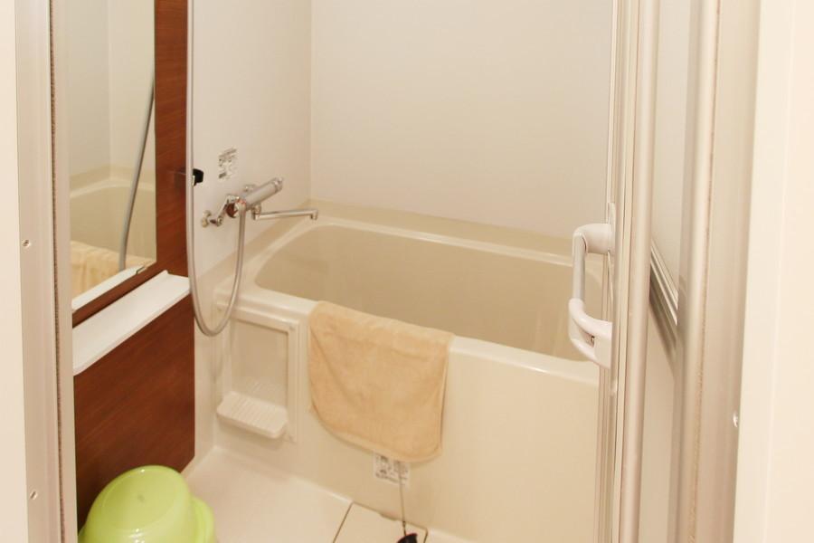 大きな鏡が特徴のバスルーム。嬉しい浴室乾燥機能を搭載しています