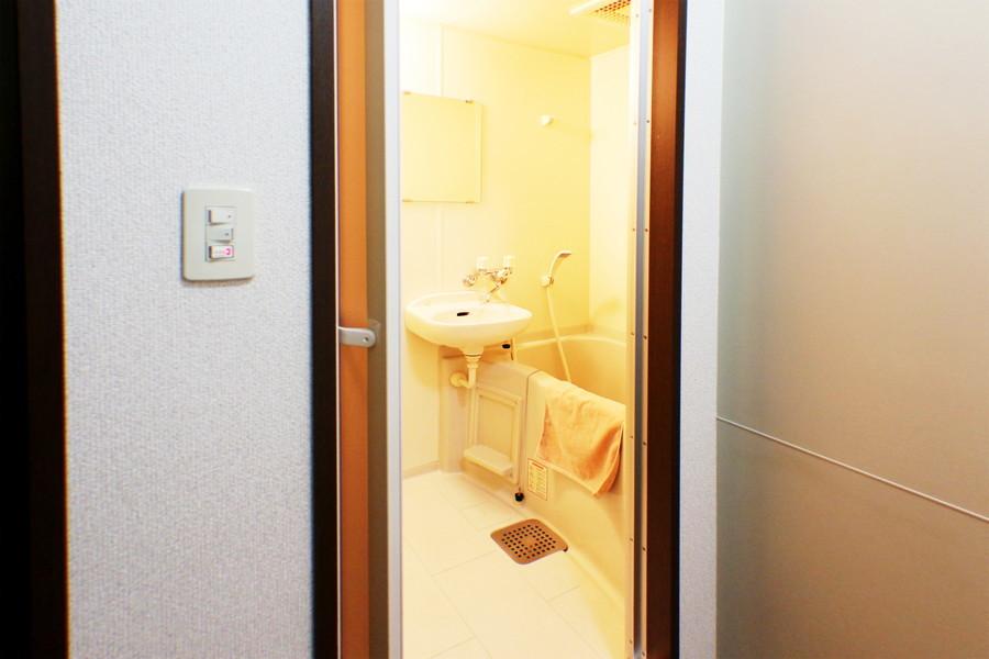 バスルームにはバスマットや洗面器などのバス用品も揃えております