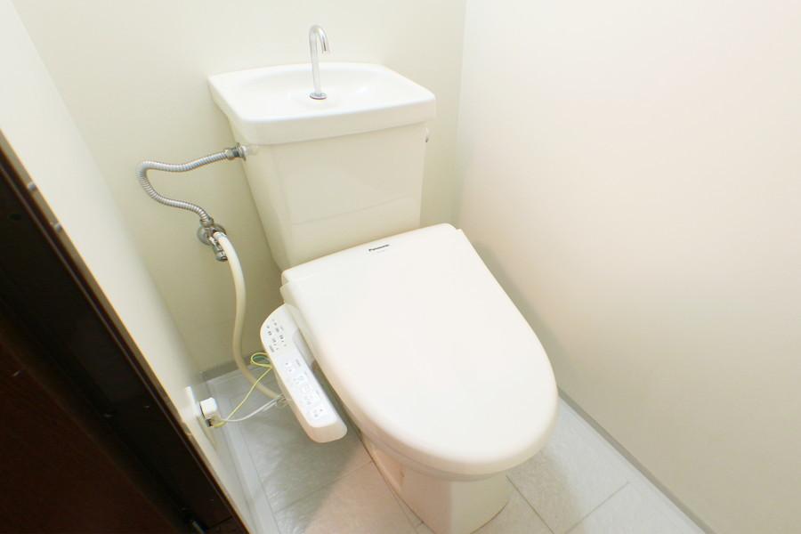 白を貴重としたお手洗い。シャワートイレ完備です
