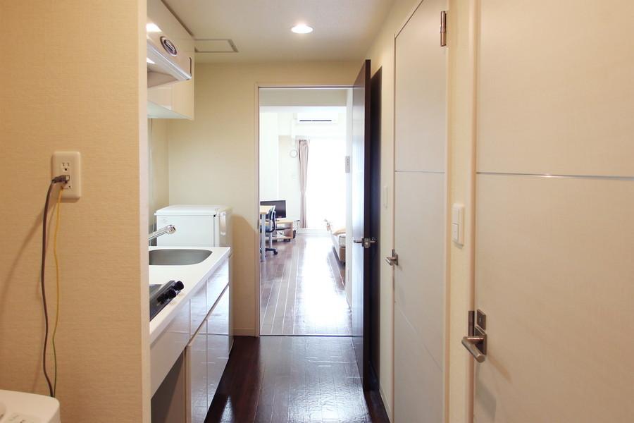 廊下は広々。お部屋までの段差も少なく安心です