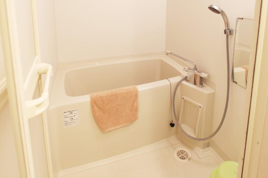 お風呂にはバスマット、洗面器などもご用意しております