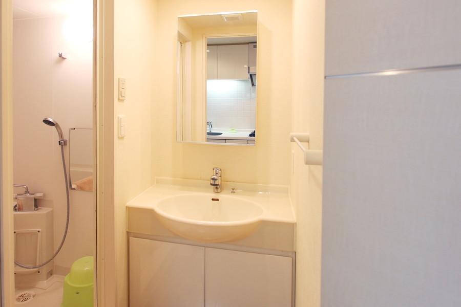 身だしなみに欠かせない洗面台。大きめの鏡がポイントです