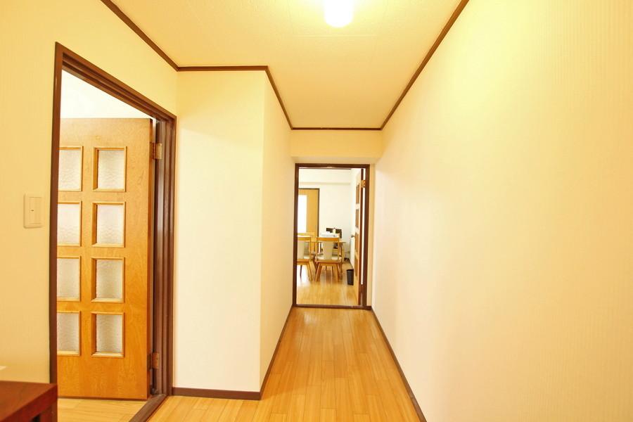 明るく広い廊下。お部屋と同じカラーリングで統一感があります