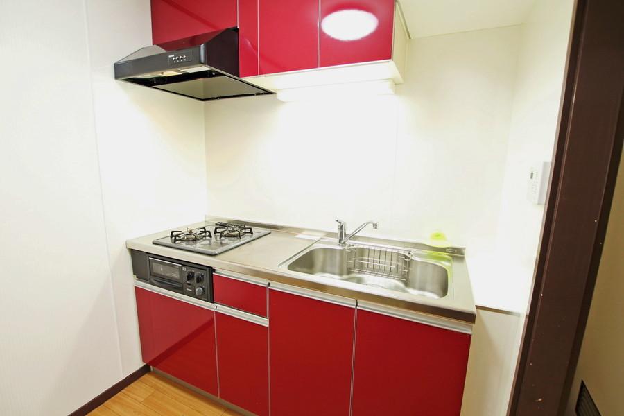 目を引く赤い棚が特徴。お料理好きの方もご満足いただけます