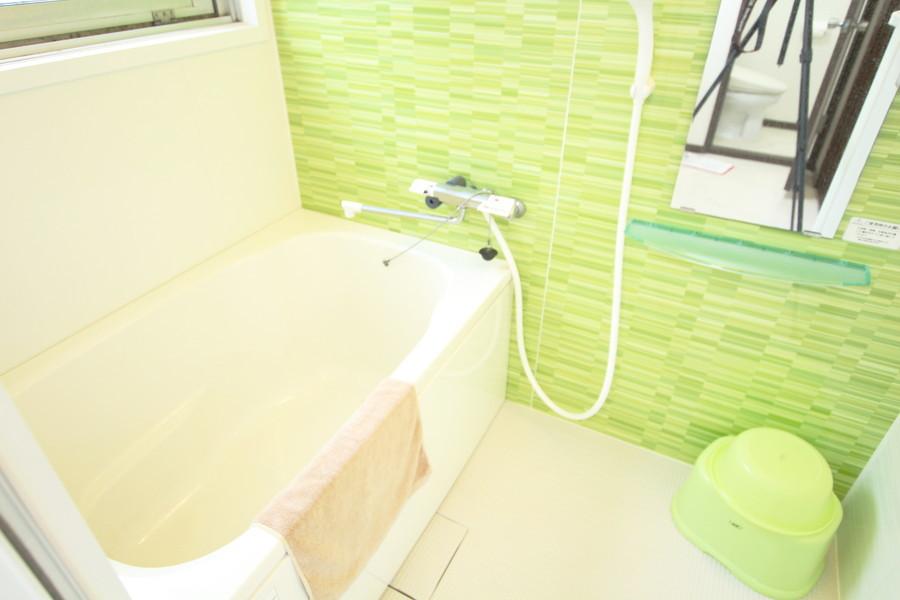 黄緑色の壁が爽やかなバスルーム