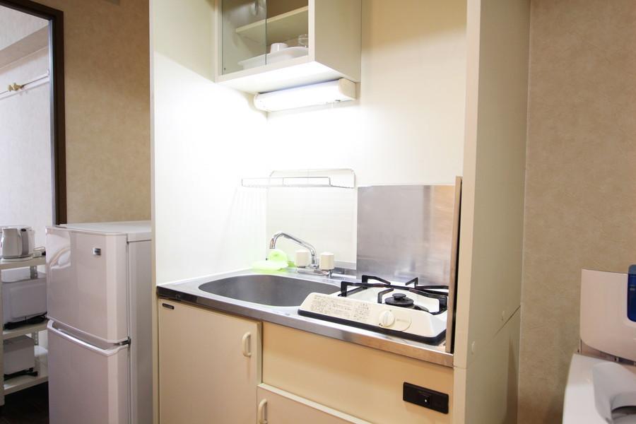 オフホワイトを基調としたシンプルな1口ガスコンロのコンパクトキッチン