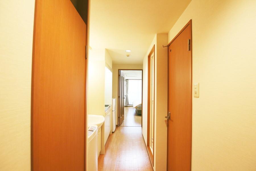 フローリングとドアに木のあたたかみを感じる、シンプルで落ち着いた雰囲気のお部屋です。