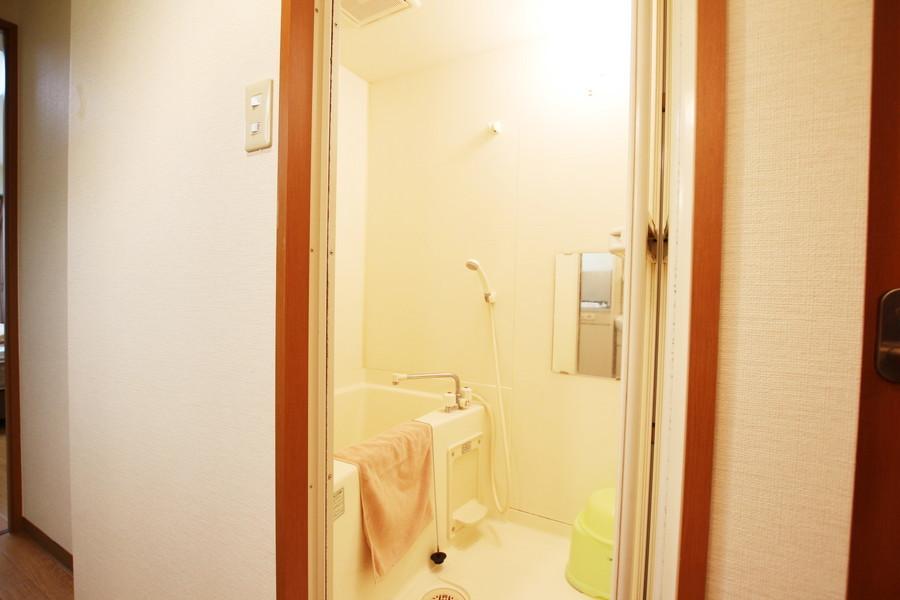 シンプルで清潔感のある鏡付きのバスルーム。ゆったりとリラックスできる空間です。