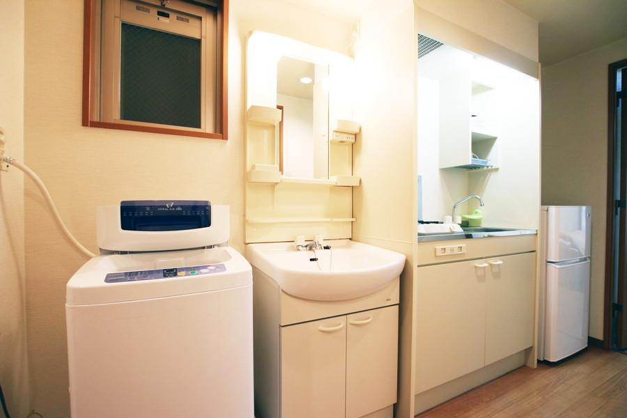シンプルで清潔感のあふれる白の洗面台。鏡付きで身だしなみもバッチリ。