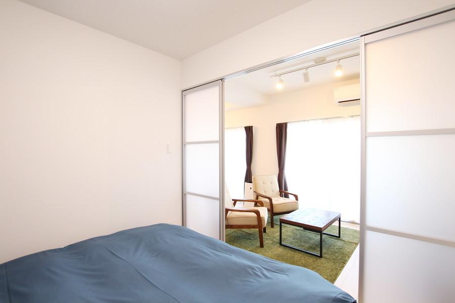 リビング横のベッドルーム。ダイニングへのアクセスも抜群です