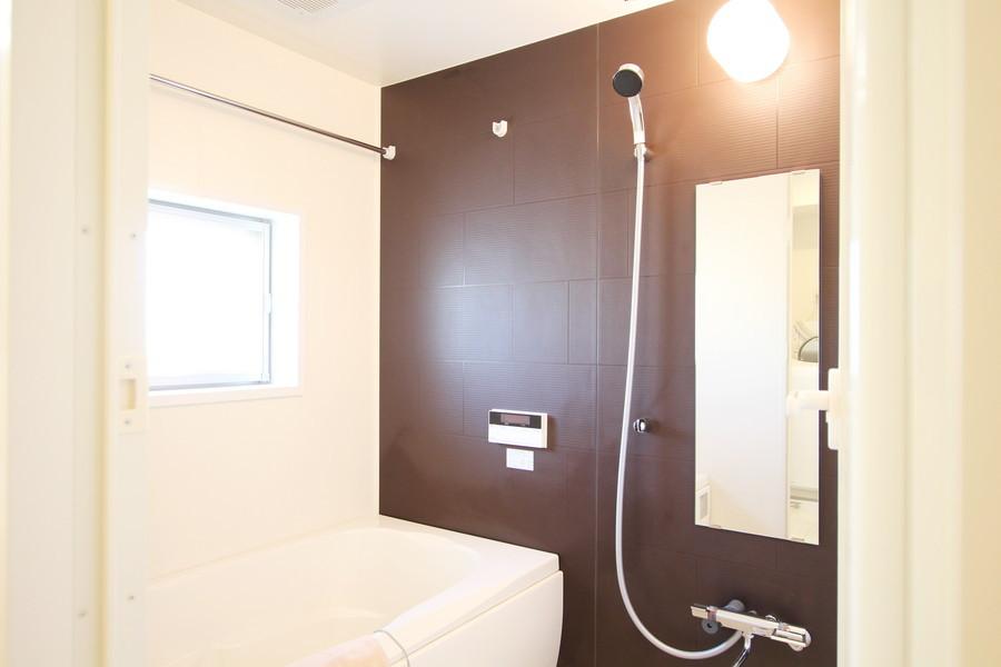 高い天井が開放的なバスルーム。嬉しい浴室乾燥機能を搭載しています