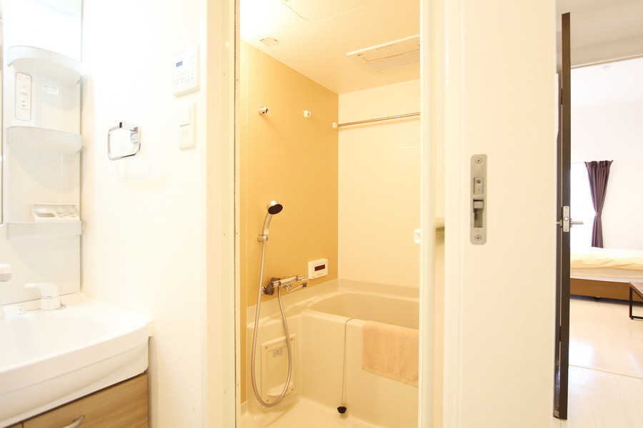 シンプルで清潔感のあるバスルーム。ゆったりとリラックスできる空間です。