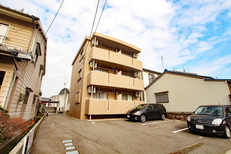 岡崎駅徒歩4分の立地ですが周囲は住宅が多く、比較的静かな環境です