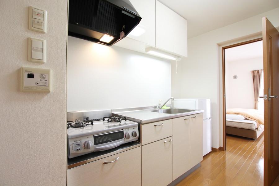 白で統一されたキッチン。ガスコンロは二口タイプでお料理もバッチリ!