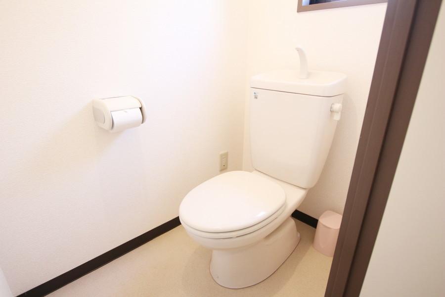 白でまとめられた清潔感あるトイレ