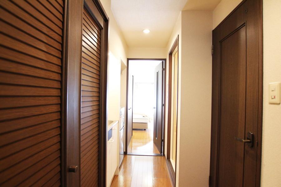 廊下の扉はダークブラウンを基調にしたシックな色合い