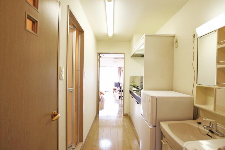 玄関から部屋までは段差のない作り。深夜のご帰宅でも安心です